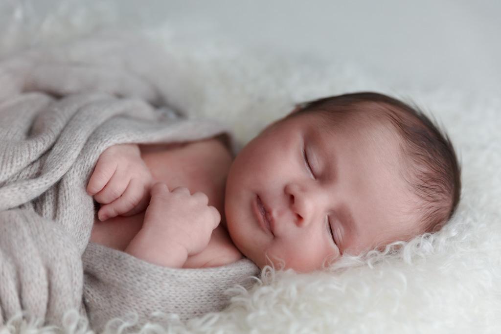 baby posing nouveau-né naissance photographe Toulouse