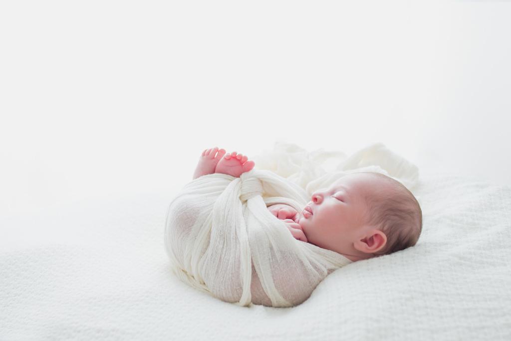 Nouveau-né fille à contre jour