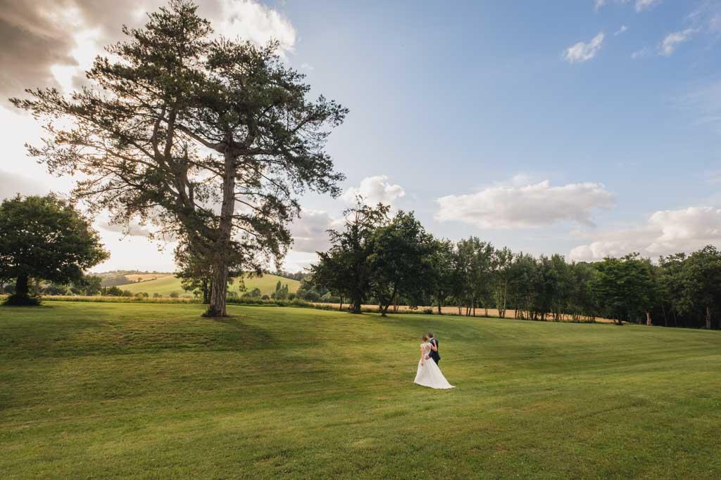 Les mariés marchant dans le parc du domaine