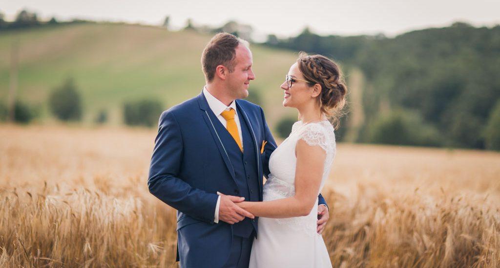 Mariés sur fond de champs de blé