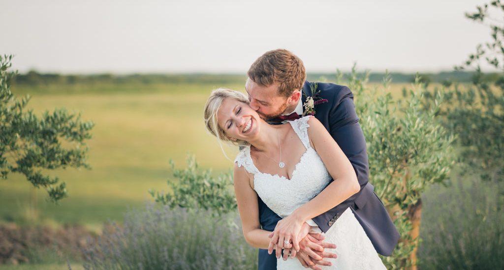 Eclats de rire pour les jeunes mariés dans un décor provençal