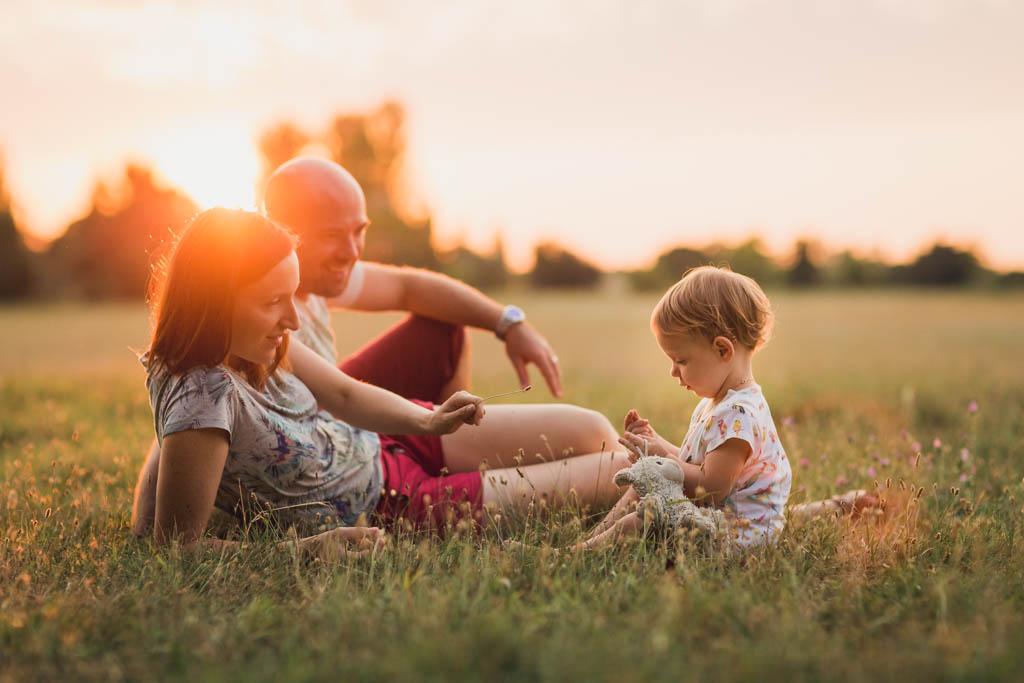 Photo des parents et de leur fille de 2 ans