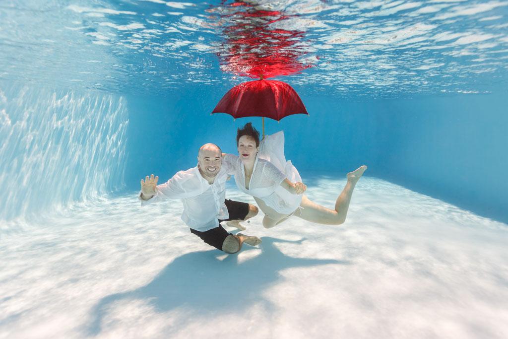 underwater photographe sous eau sous marin grossesse maternite couple engagement EVG Toulouse originale insolite