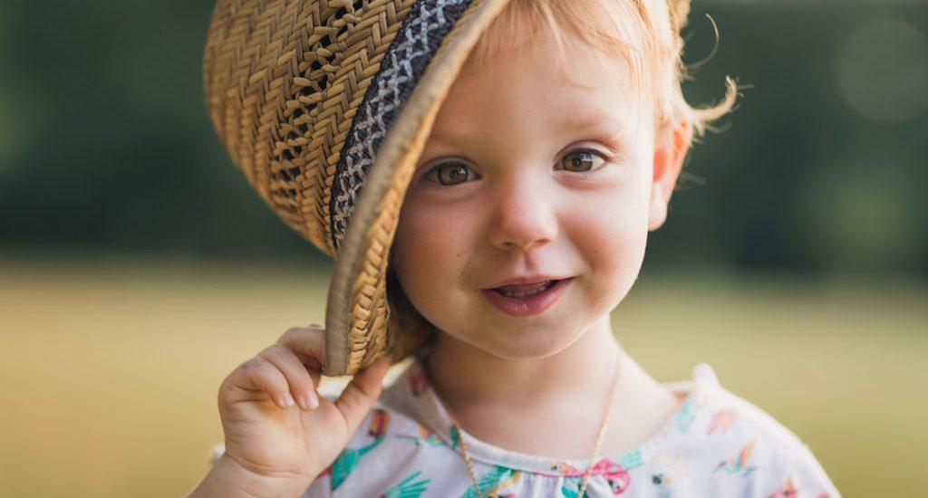 Portrait d'une petite fille avec un chapeau de paille