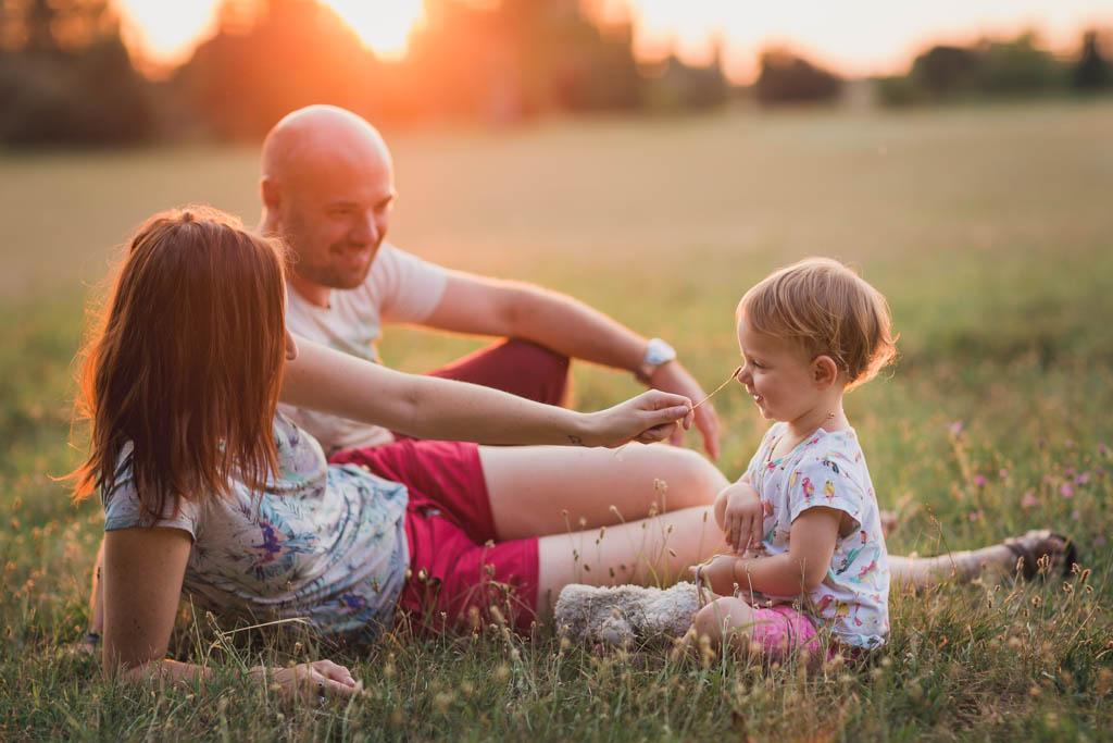 Photo de la famille au soleil couchant