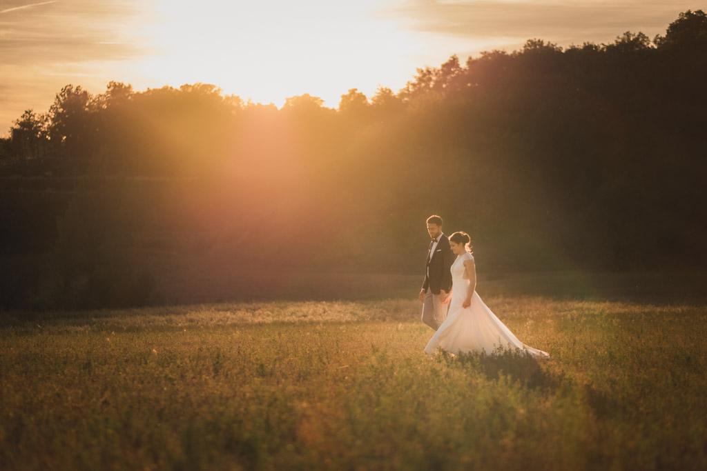 Couple de mariés au coucher du soleil dans un champ près de Toulouse