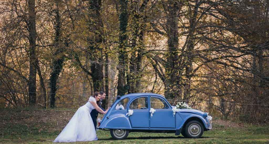 Mariés poussant une 2CV bleue a Ax les termes