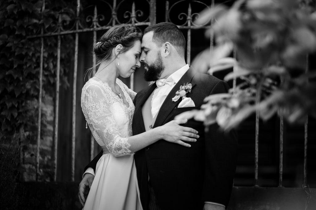 portrait intimiste des mariés en noir et blanc