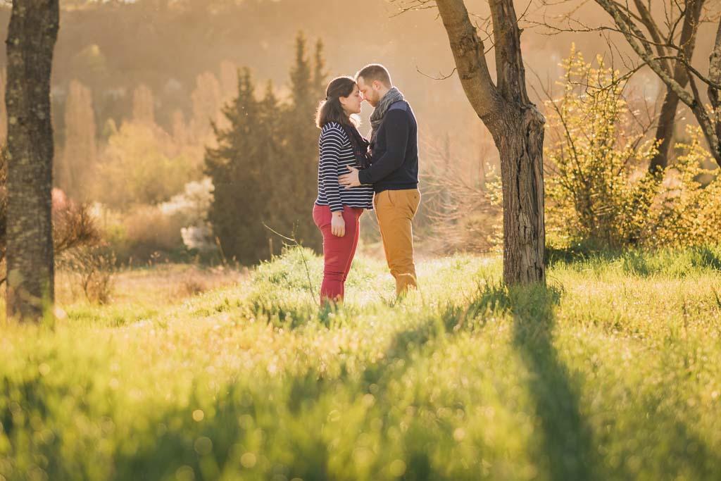 femme enceinte et homme face à face dans la nature au lever du soleil à Toulouse