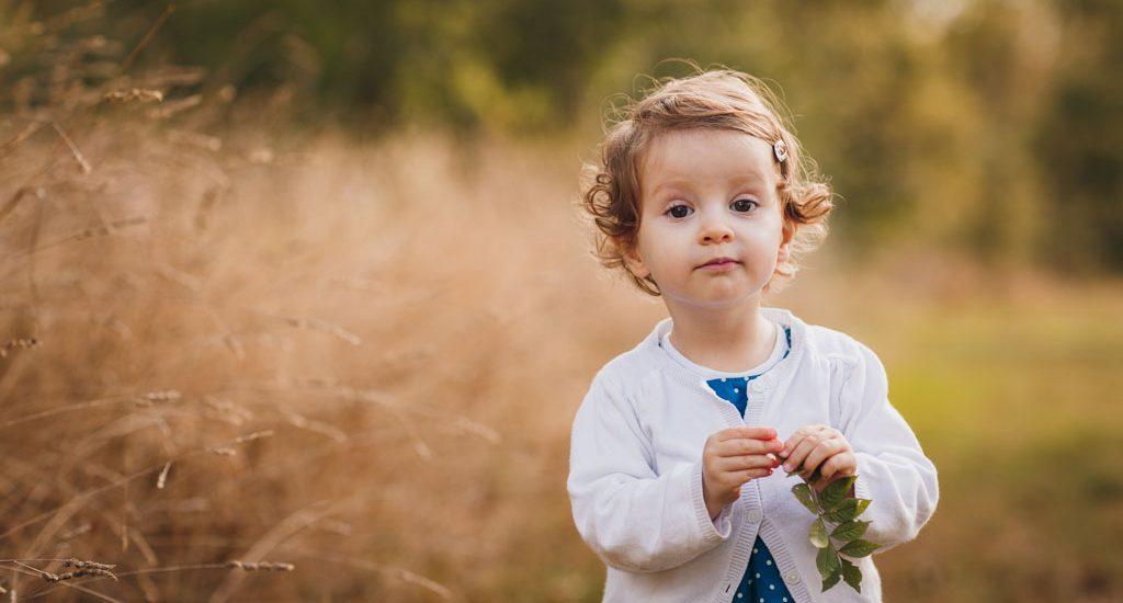 Portrait d'enfant tenant une feuille dans sa main