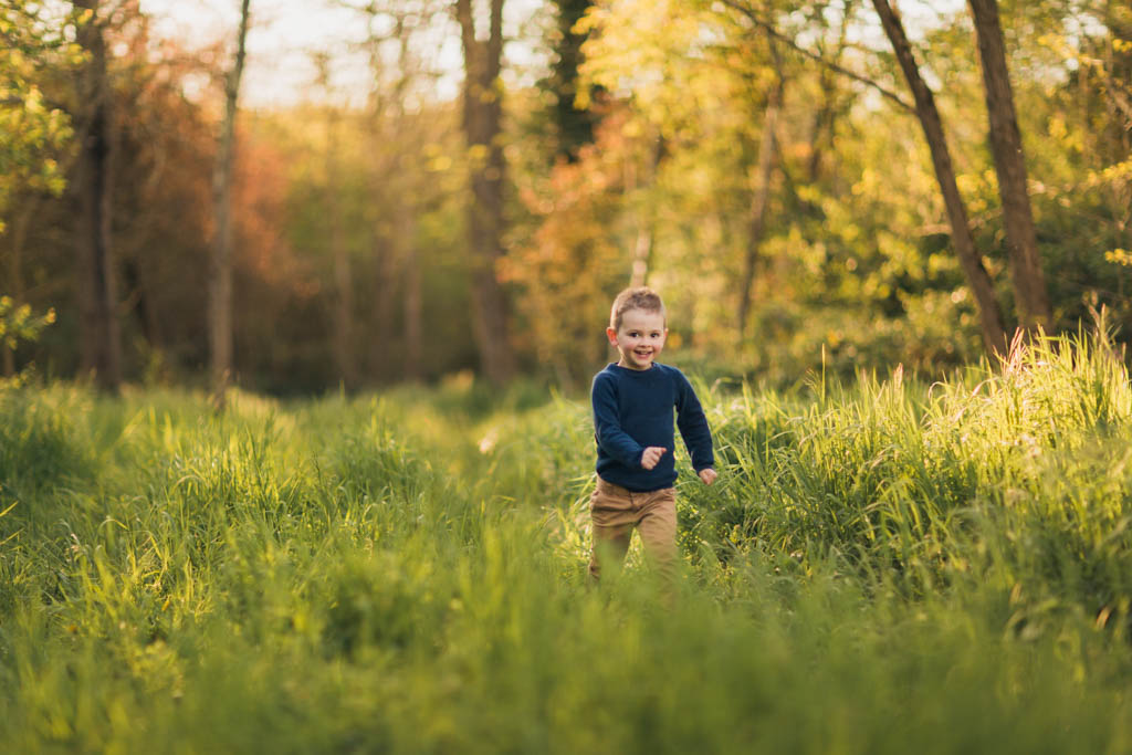 Enfant courant dans l'herbe