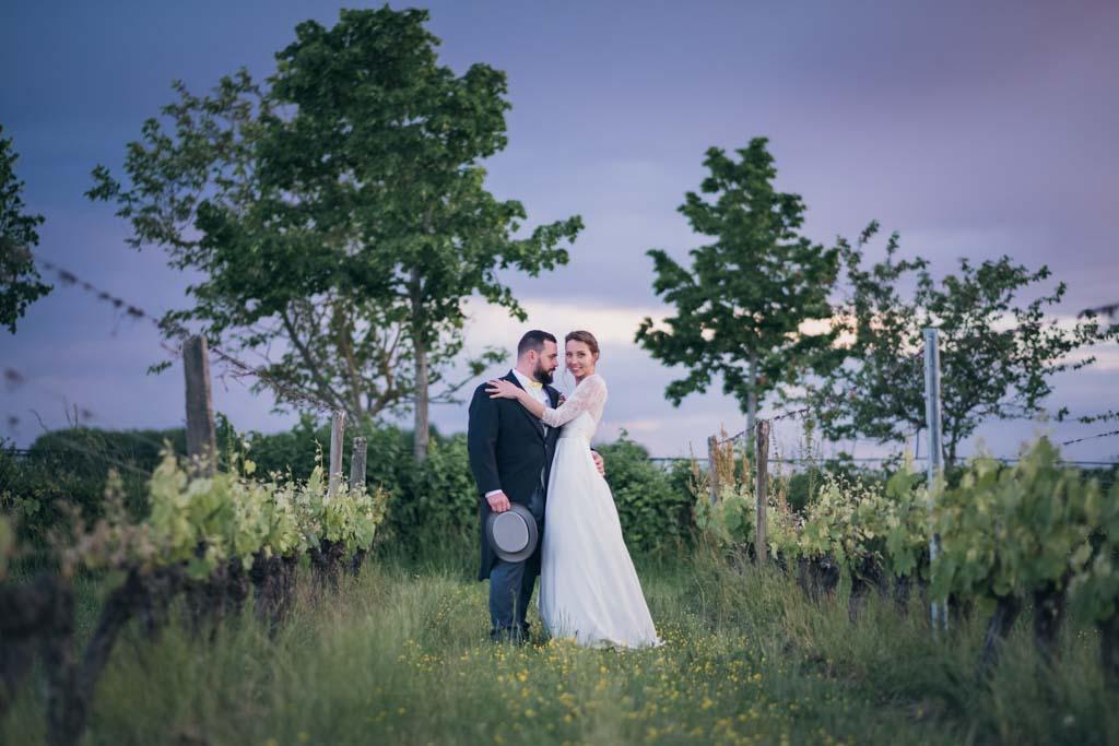 Couple de mariés au milieu des vignes