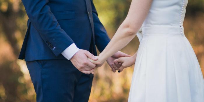 mariés se tenant par les mains